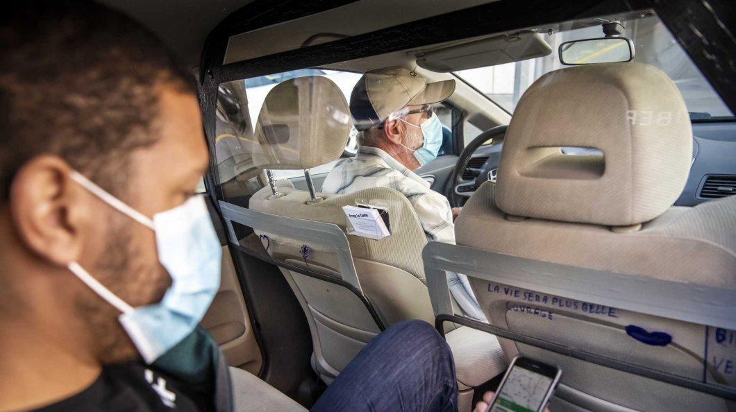 motorista e passageiro com máscara