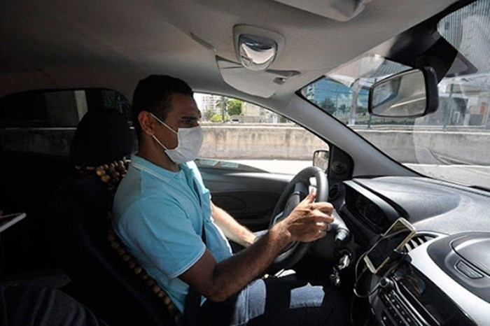 motorista uber com máscara